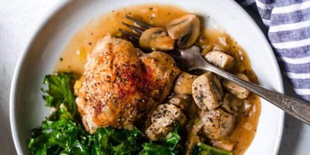 Курица, тушенная с пореем и грибами в духовке