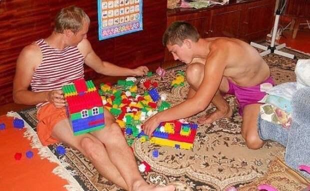 2. Когда купили лего для младшего, а собирают отец и старший сын мужчины впали в детство, смешно, фото