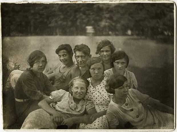 Группа студентов-связистов на отдыхе Неизвестный автор, 1 июля 1938 - 30 августа 1938 года, Московская обл., г. Звенигород, из архива Сергея Медведева.
