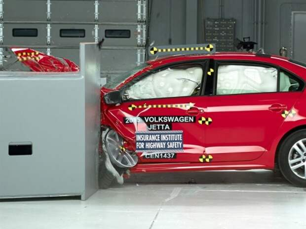 Улучшенная VW Jetta выдержала краш-тест с малым перекрытием (ВИДЕО)