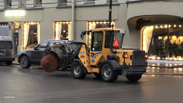 Петербургские улицы убирают более 700 единиц техники