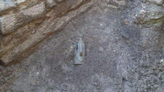 Кувшин был закопан в землю.