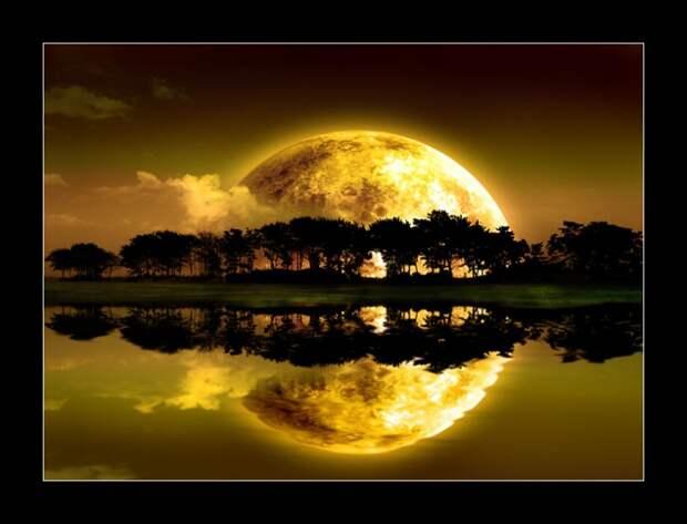 огромная луна и её отражение