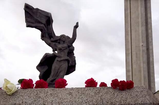 Около 20 тысяч человек в Риге возложили цветы к памятнику Освободителям