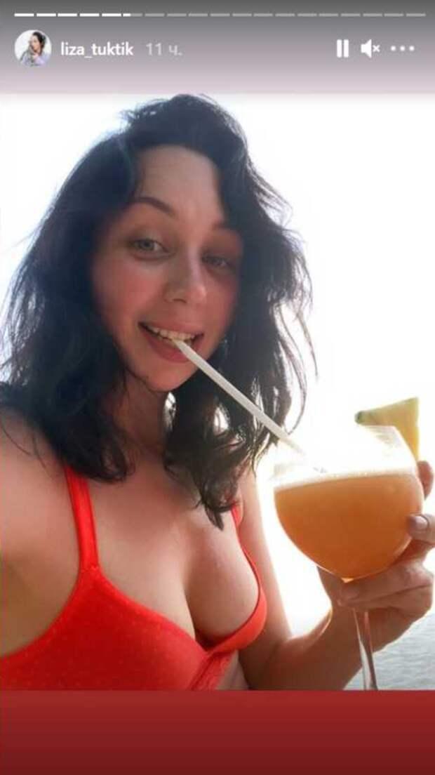 Красный купальник и сок: Туктамышева радует подписчиков фото с отпуска
