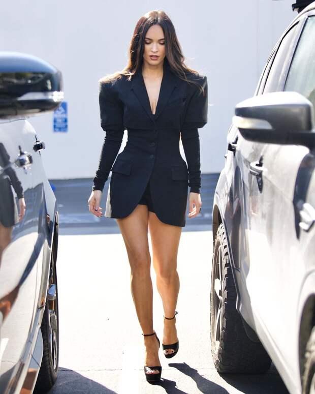 Девушка Бонда: Меган Фокс в очень коротком и очень красивом платье