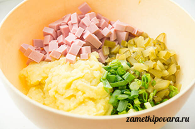 Блины, фаршированные картофелем, колбасой и солеными огурчиками