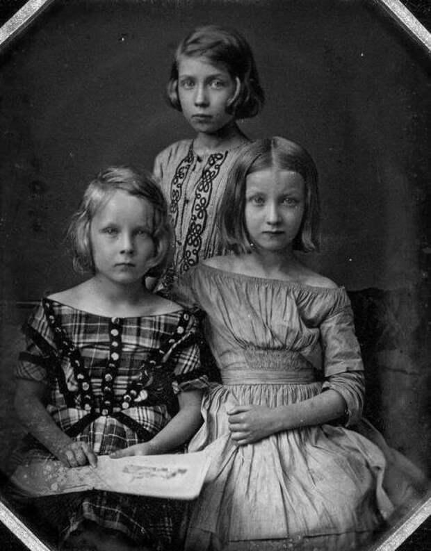 Дагерротипный портрет трех неопознанных девушек в Берлине, Пруссия, 1845. Автор: Карл Густав Охме.  история, люди, фото