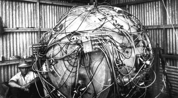 Ядро бомбы Trinity со всей электропроводкой во время подготовки к взрыву.