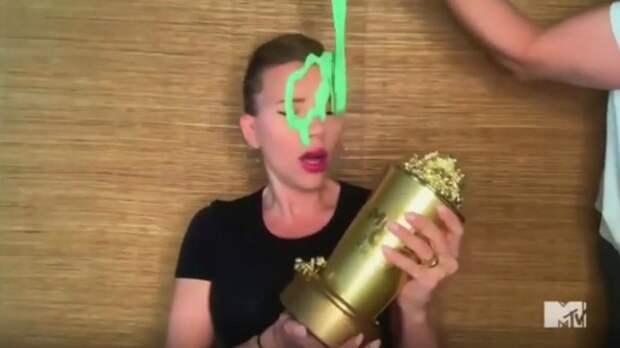 Актрису Скарлетт Йоханссон облили зеленым слаймом на вручении кинопремии