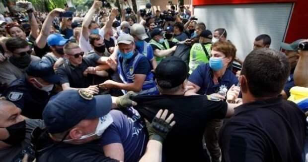 Нападение на журналистов и стычки с полицией: в Киеве избирают меру пресечения Стерненко