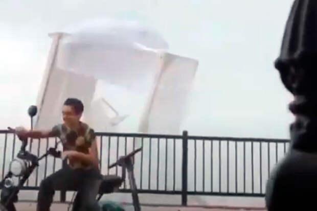 На жителей и гостей Сочи обрушился шторм и смерч (видео)