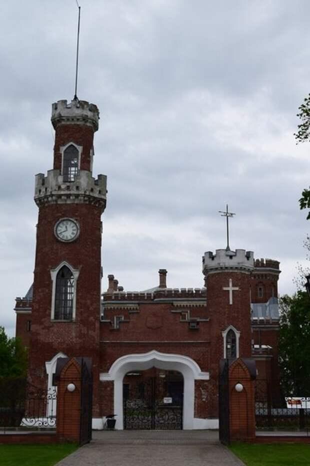 """Ворота с башнями и часами фирмы """"Винтер"""" на территории дворца Ольденбургских в Рамони"""