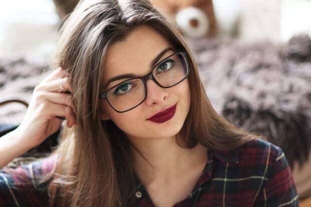 девушка-шатенка в очках