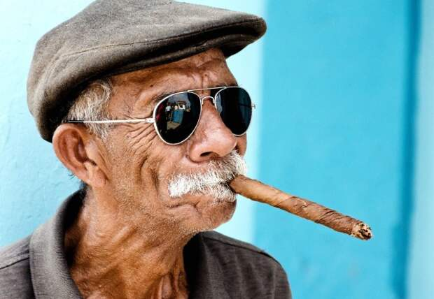 The-elderly-cigarettes-Havana-Cuba-600x4151.jpg