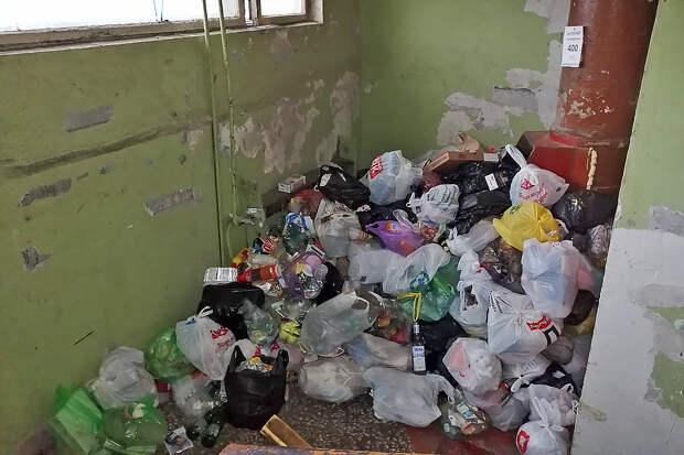 Подъезд жилого дома в Красноярке превратился в свалку мусора