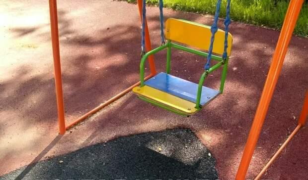 В проезде Дежнёва отремонтировали покрытие на детской площадке