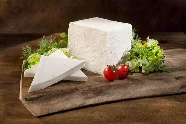 Сыр фета нужно ополаскивать водой, чтобы смыть рассол. / Фото: edunabazar.ru