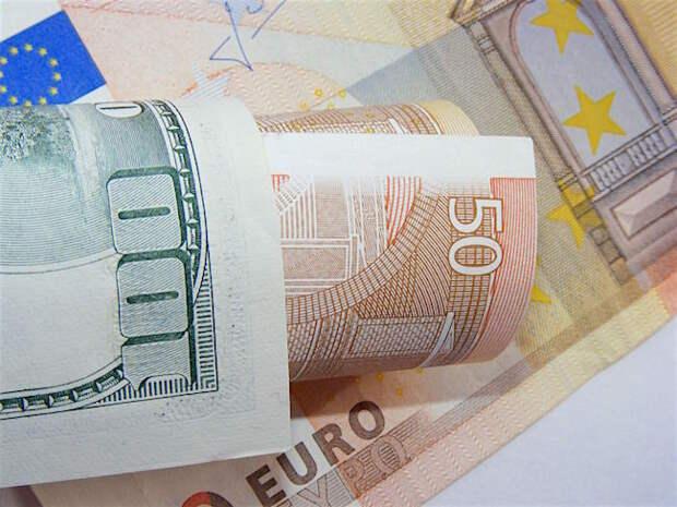 ЦБ РФ слегка понизил официальный курс доллара, евро заметно прибавил