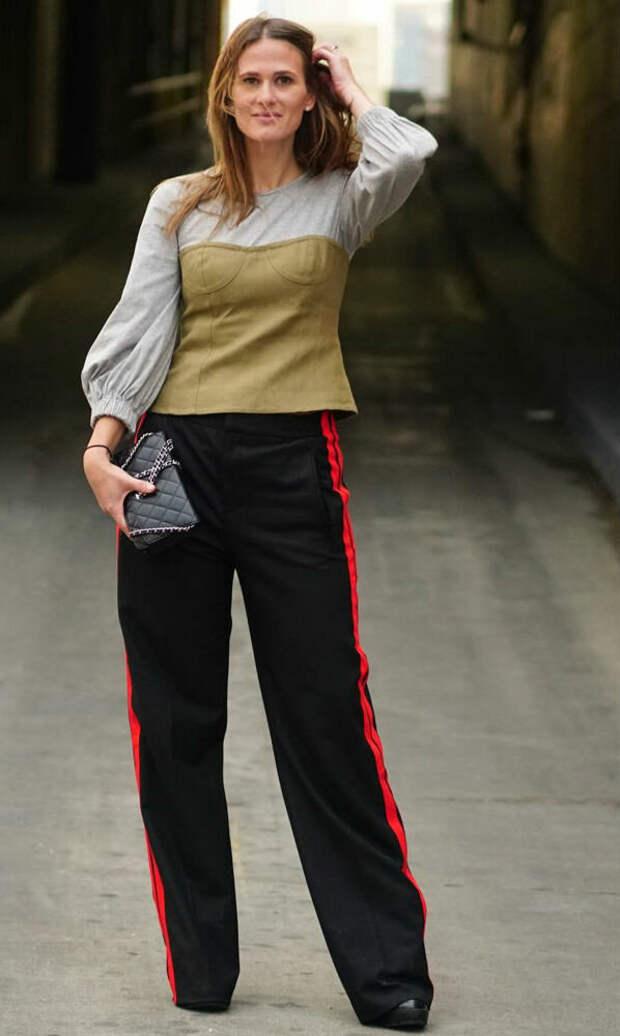 Взрослая женщина в брюках с лампасами. /Фото: zhurnal-lady.com
