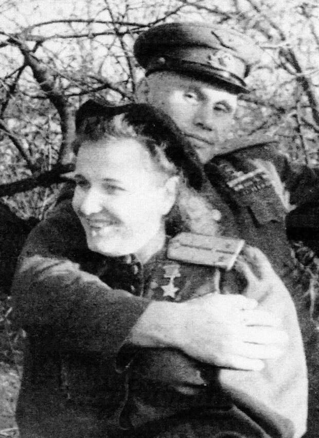 """10 мая 1945 года на стене рейхстага они «расписались»: Надя Попова из Донецка, Семен Харламов из Саратова"""