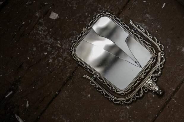 Почему разбитое зеркало плохая примета? двойник, душа, зеркало, несчастье, осколок, почемучка, примета, суеверие