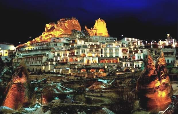 Огни Cappadocia Cave Resort освещают ночное небо Турции