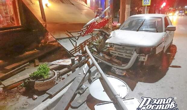 ВТаганроге автомобиль снес навес кафе, под которым находились люди