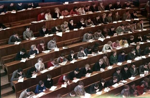 Студенты в аудитории Всеволод Тарасевич, 1963 - 1964 год, г. Москва, МАММ/МДФ.