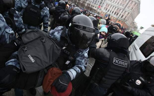 Во Владимире на акции протеста полицейскому брызнули в лицо из перцового баллончика