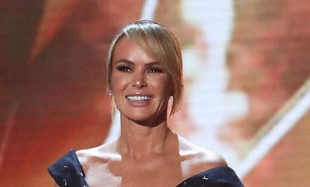 Популярная телеведущая надела платье без верха и возмутила зрителей