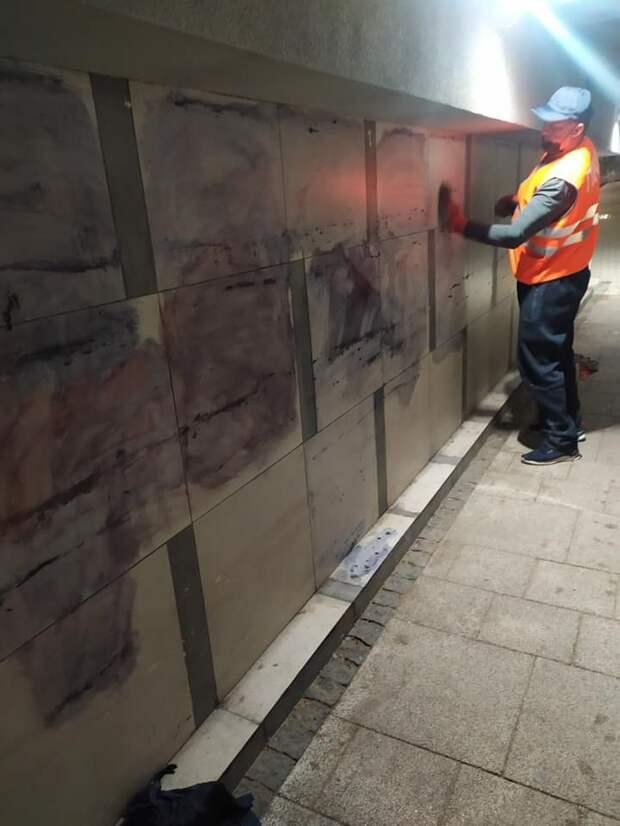 В Симферополе вандалы изрисовали стены подземных переходов и дорожные знаки