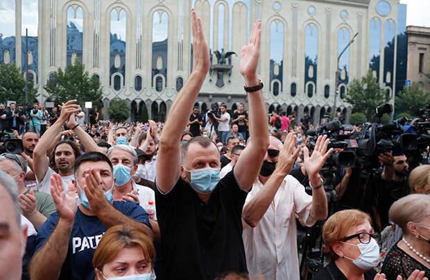 Участники акции в Тбилиси потребовали отставки правительства, а после случилась драка в парламенте