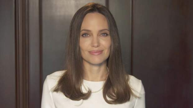 Джоли снялась с пчелами на теле для привлечения внимания к проблеме их вымирания