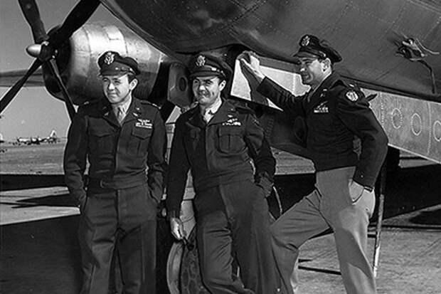 Члены экипажа, сбросившего атомную бомбу на Хиросиму: Теодор Ван Кирк, Пол Тиббетс, Томас Фереби