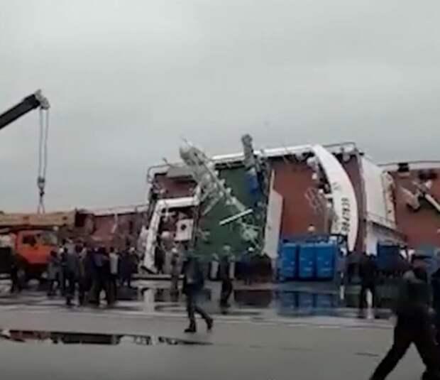 На судостроительном заводе в Ленобласти опрокинулось судно