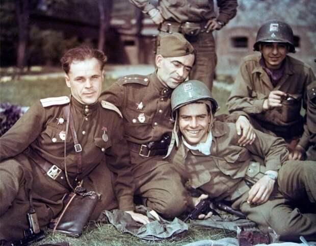 Советские офицеры и американские солдаты во время встречи на Эльбе в апреле 1945 года.