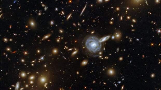 Телескоп NASA снял скопление галактик причудливых форм