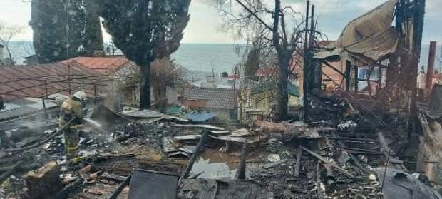 В Ялте снова начал дымиться дом, который сгорел почти дотла вечером
