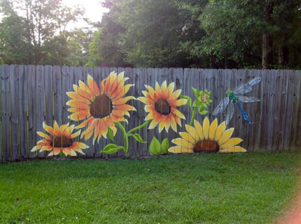 Нарисованные цветы «оживят» старый забор. /Фото: homeyou.s3.amazonaws.com