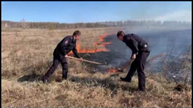 В Оренбургской области сотрудники полиции спасли село от надвигающегося степного пожара
