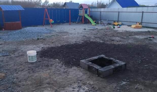 ВТюменском районе 2-летняя девочка упала вяму, где родители жгли мусор