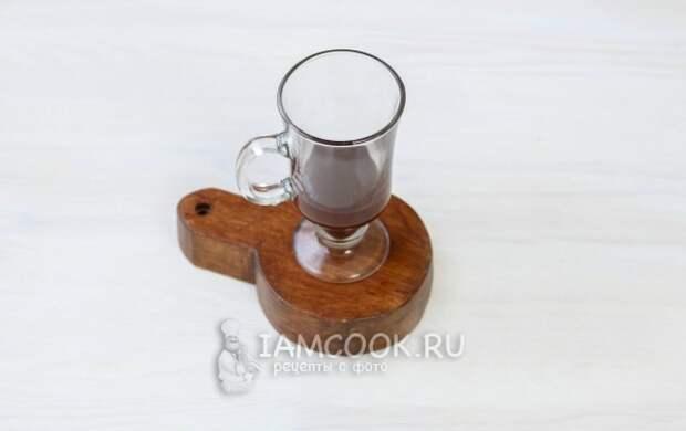 Налить в бокал шоколад