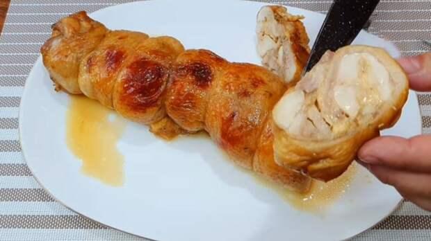 Способ, которым курицу мало кто готовит, и зря. Сочный рулет из целой курицы в духовке
