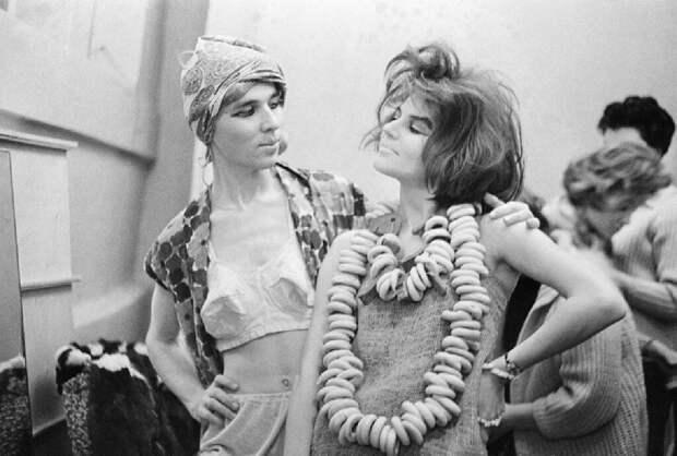 За кулисами модного показа модельера Вячеслава Зайцева Юрий Абрамочкин, 1966 год, из архива Юрия Абрамочкина.
