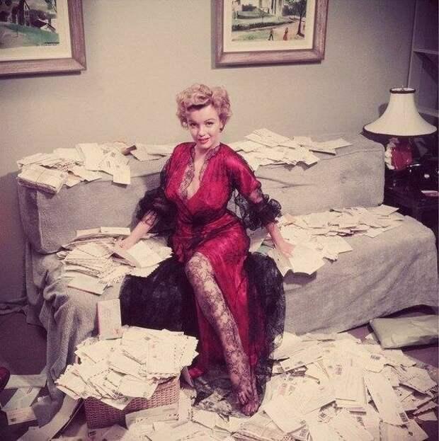 Мэрилин Монро с письмами от поклонников, 1952 год  история, люди, фото