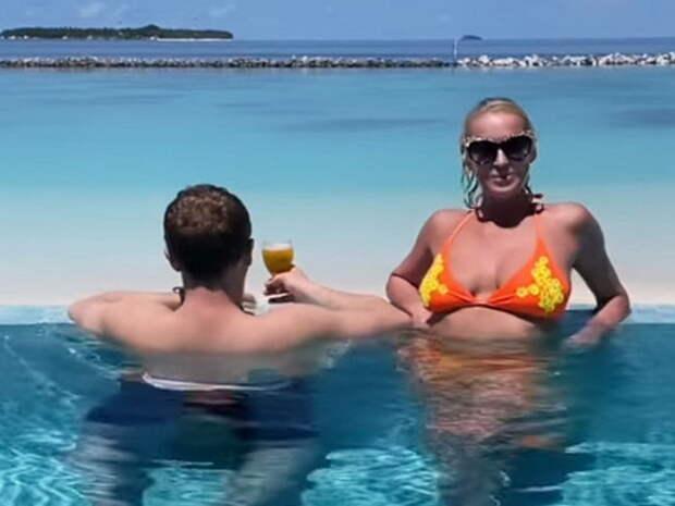 «Уткнулся в шпагат»: Волочкову высмеяли за фото с возлюбленным на Мальдивах