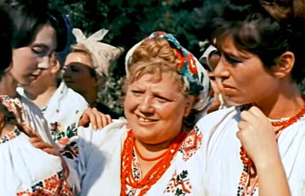 кадр из фильма  «Свадьба в Малиновке». 1967 год, Эмилия Трейвас (в центре) в роли Трындычихи