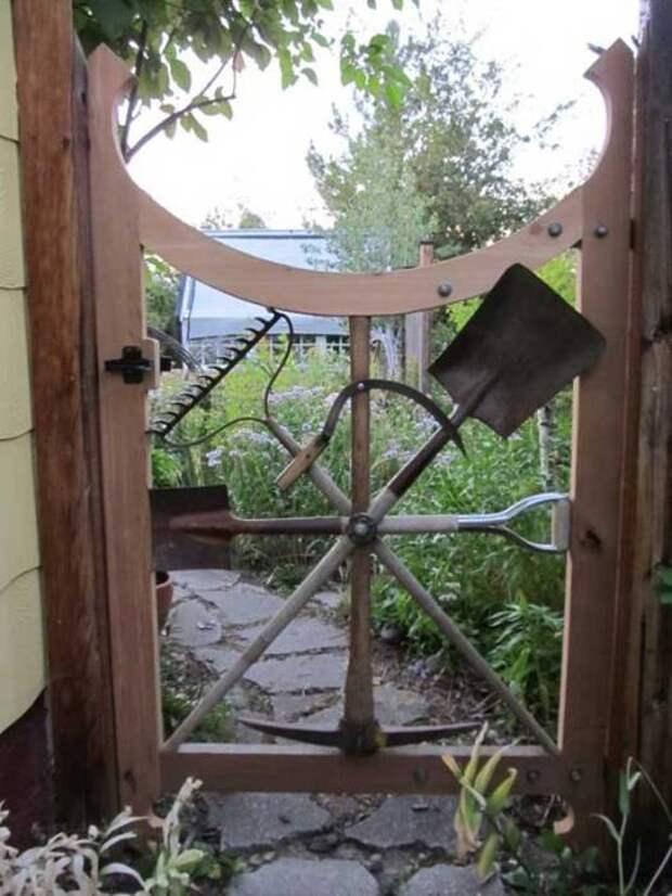 Садовые инструменты в качестве калитки.