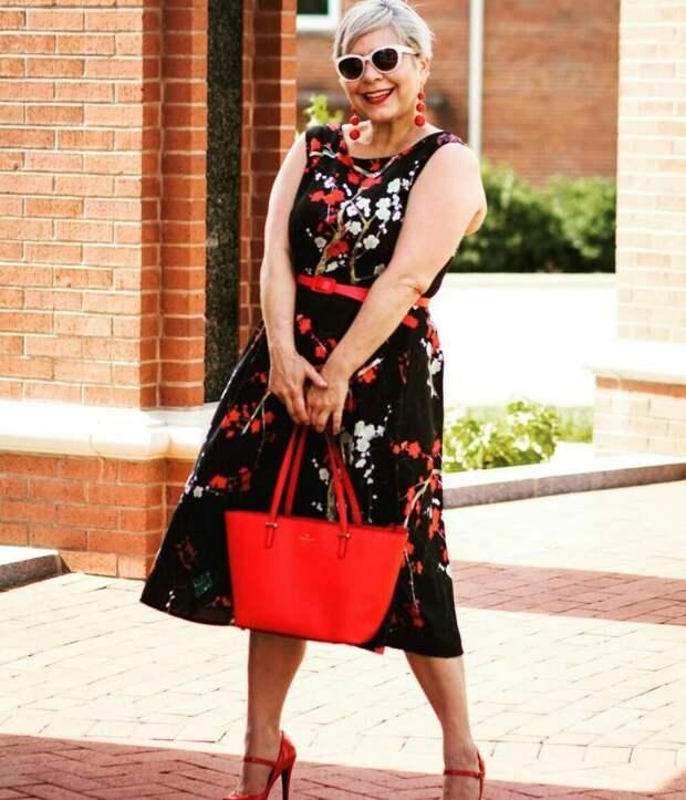 Пенсионерка в платье с пышной юбкой. /Фото: womans.ws